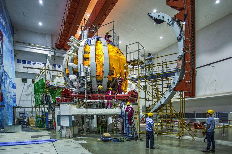 Foto dokumen yang diabadikan pada 19 Juli ini memperlihatkan para staf Southwestern Institute of Physics di China National Nuclear Corporation (CNNC) sedang bekerja di lokasi instalasi HL-2M Tokamak, matahari buatan generasi baru milik China, di Chengdu, Provinsi Sichuan, China. HL-2M Tokamak mulai dioperasikan pada Jumat (4/12/2020) dan berhasil melakukan pelepasan plasma pertamanya, menurut CNNC.
