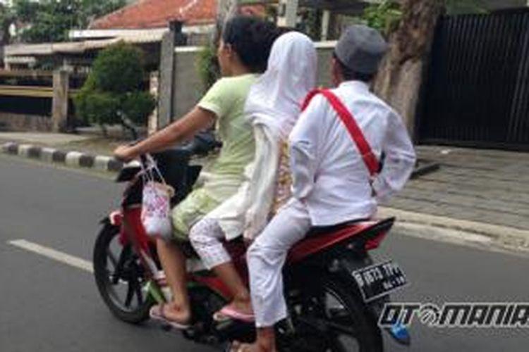 Pengendara yang membawa tiga penumang dan tidak menggunakan helm
