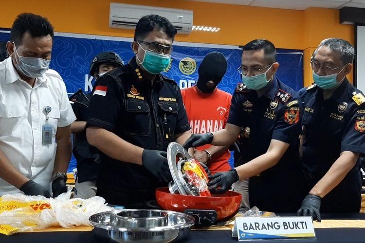 Aksi penyelundupan sabu seberat 1,35 kilogram berhasil digagalkan petugas gabungan Bea Cukai Tanjung Emas Semarang bersama P2 Kanwil DJBC Jateng dan DJ. Yogyakarta serta Direktorat Reserse Narkoba Polda Jateng.