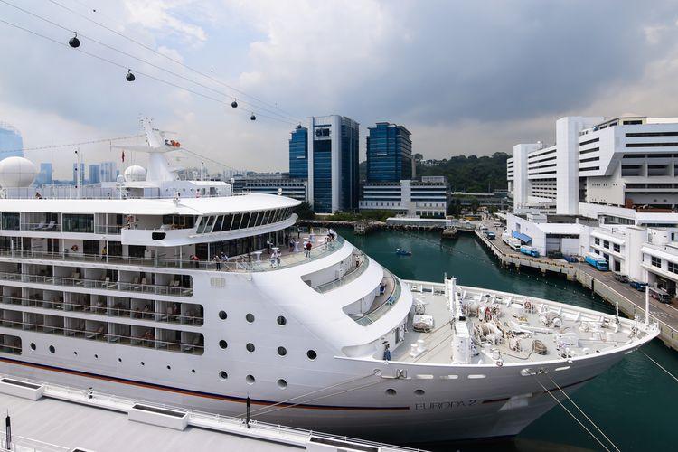 Pusat kapal pesiar di Singapura: Kapal pesiar Europe 2, Hapag-Lloyd Cruises, bersandar di pusat kapal pesiar Singapura, (7/3/2017).