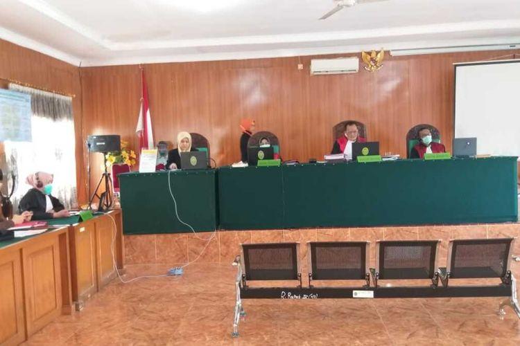 Sidang vonis terhadap tiga kurir narkoba yang menyeludupkan sabu dan ekstasi seberat 49 kilogram dari Riau ke Sumatera Selatan yang berlangsung di Pengadilan Negeri Klas 1 Palembang, Kamis (16/7/2020).