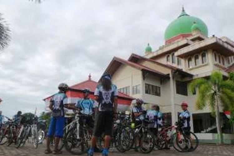 Peserta Jelajah Sepeda Sabang-Padang bersama Kompas dan PGN bersiap melanjutkan perjalanan, Rabu (3/9/2013).