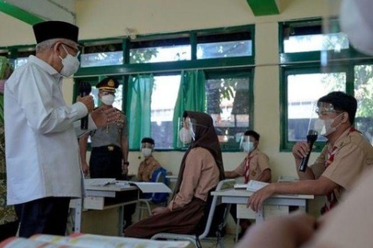 Wapres Ma'ruf Amin saat meninjau PTM terbatas di salah satu sekolah di Bogor Jawa Barat.
