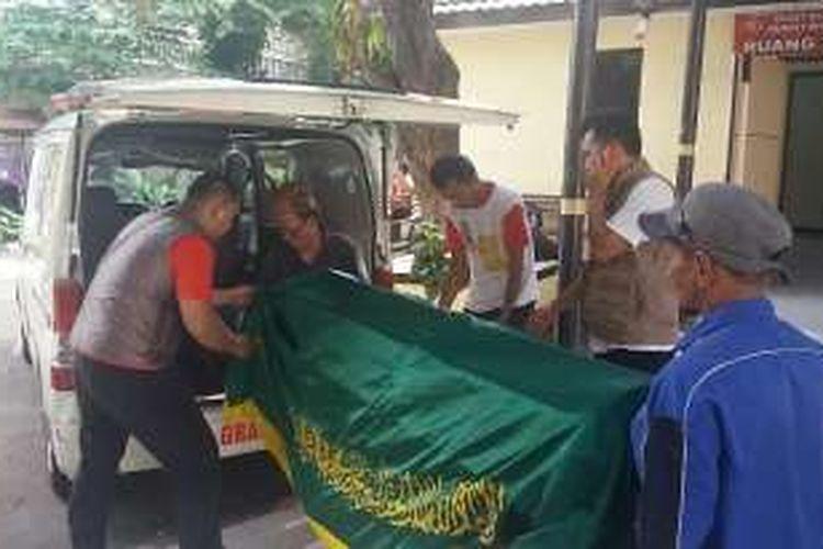 Selesai diautopsi, jenazah bocah korban penculikan, J (7) dibawa pulang oleh pihak keluarganya untuk disemayamkan di Garut pada Minggu (7/2/2016).
