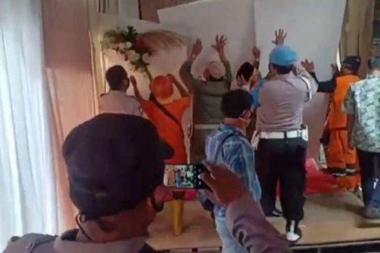 Pesta pernikahan di RW 003 Kelurahan Pondok Bambu, Kecamatan Duren Sawit, Jakarta Timur, dibubarkan aparat gabungan karena melanggar protokol kesehatan, Sabtu (6/3/2021)..
