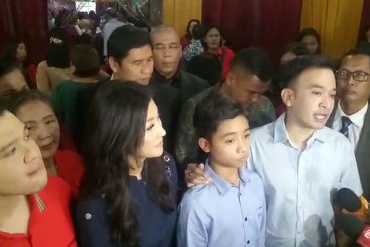 Ruben Onsu bersama keluarga mengikuti Malam Natal di kawasan Harapan Jaya, Bekasi, Selasa (24/12/2019). Terlihat di dalamnya Sarwendah Tan, Jordi Onsu, Betrand Peto, dan Thalia Putri Onsu.