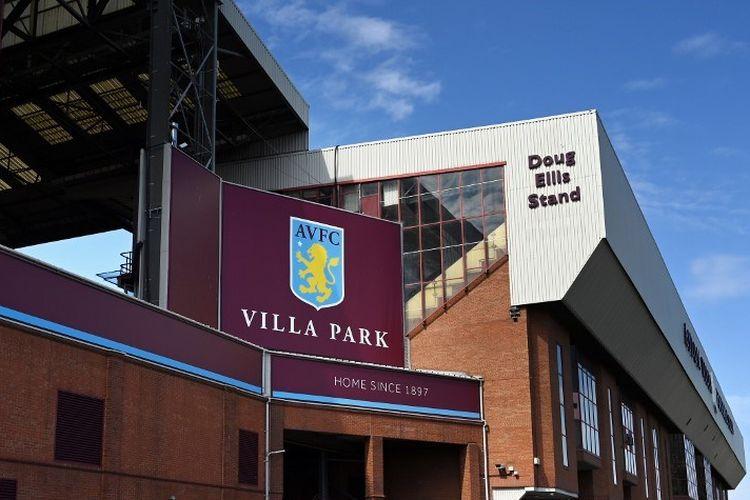 Eksterior stadion klub sepakbola Aston Villa, Villa Park digambarkan di bawah sinar matahari musim semi di Birmingham, Inggris tengah pada 19 April 2020.
