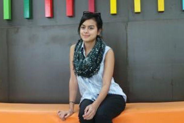 Eva Celia diabadikan usai berbincang dengan media Kelompok Kompas Gramedia, di Studio Orange KompasTV, Jalan Palmerah Selatan, Jakarta Pusat, Senin (10/11/2014).