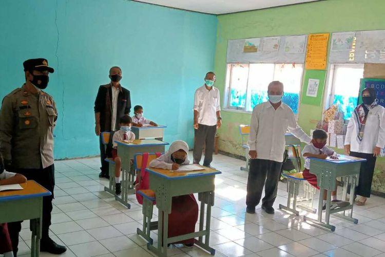 Kapolsek Cibugel Iptu Ucu Abdurrahman meninjau pelaksanaan PTM terbatas di SDN Cidomas, Cibugel, Sumedang, Rabu (1/9/2021). AAM AMINULLAH/KOMPAS.com
