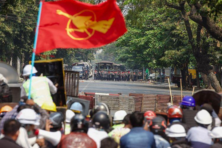 Demonstran berhadapan dengan polisi dalam kerusuhan yang terjadi di Mandalay, Myanmar, pada 3 Maret 2021.