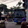 Video Viral Bus TransJakarta Macet di Tengah Rel Saat KA Akan Melintas, Bagaimana Ceritanya?