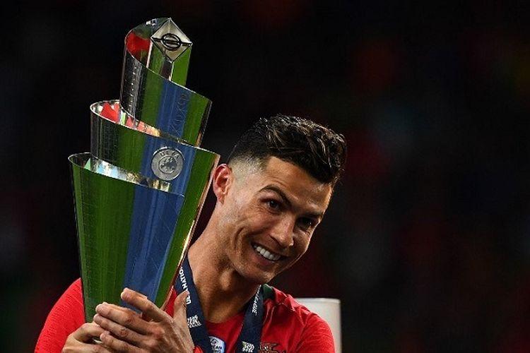 Pemain Portugal Cristiano Ronaldo memegang trofi saat merayakan kemenangan timnya atas Belanda seusai laga final UEFA Nations League di Stadion do Dragao, Porto, Minggu (9/6/2019) atau Senin dini hari WIB. Portugal berhasil menjadi juara UEFA Nations League seusai menang 1-0 atas Belanda.