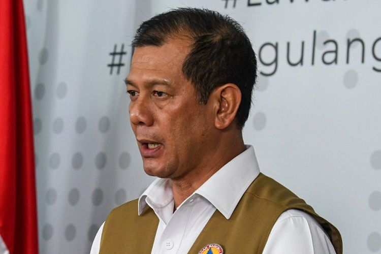 Kepala Badan Nasional Penanggulangan Bencana (BNPB) Doni Monardo (kanan) memberikan keterangan pers di Graha BNPB, Jakarta, Jumat (27/3/2020). Untuk menangani penyebaran virus COVID-19, Kantor Staf Presiden menyerahkan bantuan masker dan sarung tangan masing-masing sebanyak  1 juta buah yang diserahkan kepada Gugus Tugas Percepatan Penanganan COVID-19 BNPB. ANTARA FOTO/Nova Wahyudi/nz