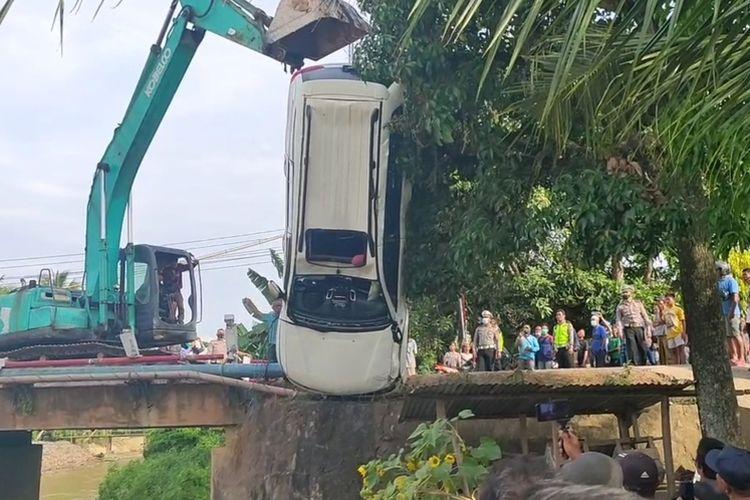 Proses evakuasi kendaraan Pajero yang terjun ke Sungai Segonang, Kecamatan Pedamaran, Ogan Komering Ilir.