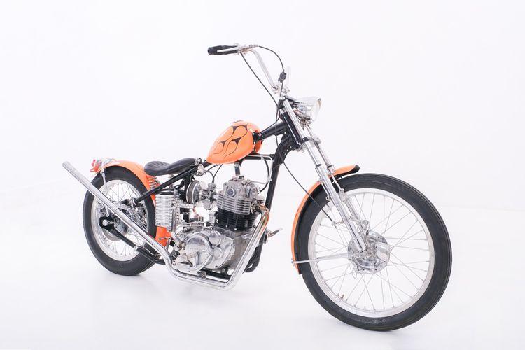 Motor custom Yamaha SR400 bergaya chopper garapan Bingkel Depan Rumah