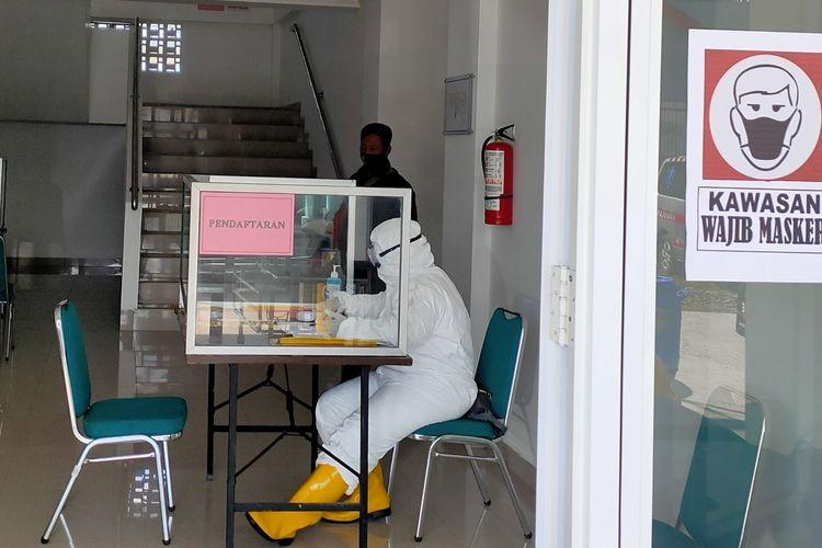Seorang tenaga kesehatan berjaga di tempat pendaftaran untuk pasien Covid-19 menjalani isolasi mandiri di Rusunawa Tegalsari, Tegal Barat, Kota Tegal, Selasa (24/11/2020)