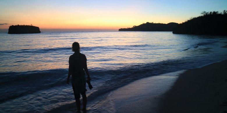 Matahari terbit dilihat dari Pulau Rutong di Taman Laut 17 Pulau Riung, Flores, NTT