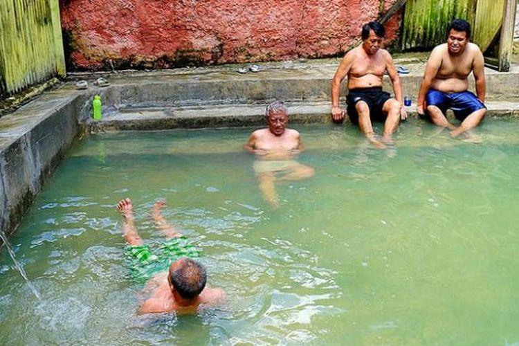 Pengunjung berendam di kolam umum pemandian air panas Gunung Pancar, Bogor, Rabu (13/4/2016). Untuk masuk ke obyek wisata alam ini, pengunjung membayar biaya masuk Rp 5.000 per orang.