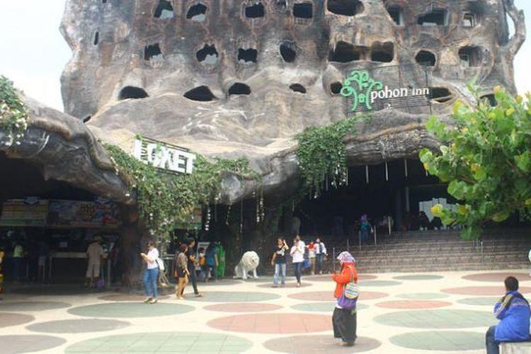 Hotel Pohon Inn merupakan hotel berbentuk pohon raksasa yang ada di lokasi Jatim Park 2.