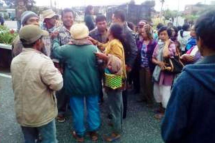 Berduka, massa pengungsi erupsi Gunung Sinabung terlihat bersedih saat satu rekannya tewas saat berlangsung unjukrasa, Selasa (18/10/2016)