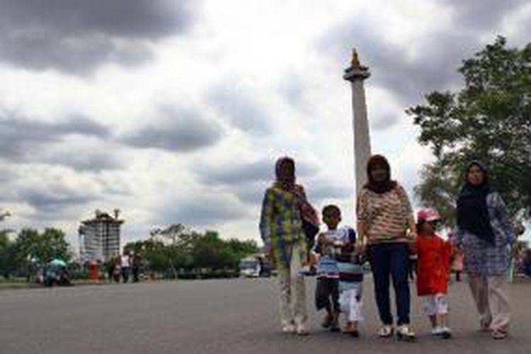 Warga memanfaatkan hari libur dengan berwisata ke Monumen Nasional, Jakarta Pusat, Selasa (25/12/2012). Monas masih menjadi alternatif wisata, selain tiket masuknya murah, warga juga bisa mengajak keluarga berwisata edukasi.