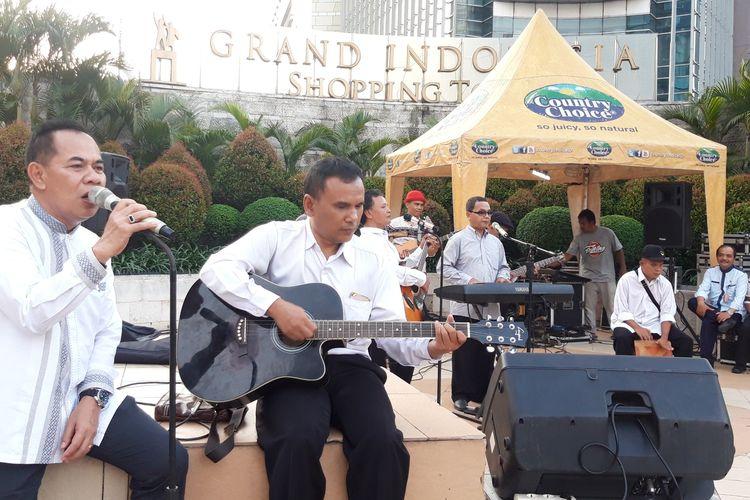 Wakil Wali Kota Jakarta Pusat Irwandi menyanyi di jalur pedestrian di dekat Grand Indonesia, Jakarta Pusat, Jumat (12/4/2019)