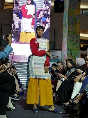 Busana Ikat Indonesia by Didiet Maulana berkolaborasi dengan label perhiasan Passion Prive pada gelaran Objects of Desire di Plaza Indonesia, Jakarta, Kamis (1/11/20218).