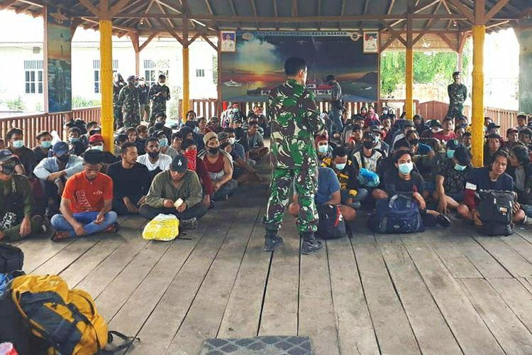Bersamaan dengan cuaca buruk, sebanyak 124 tenaga kerja Indonesia (TKI) tanpa dokumen resmi atau ilegal diamankan Pangkalan TNI AL (Lanal) Tanjung Balai Asahan Lantamal I, Koarmada I.