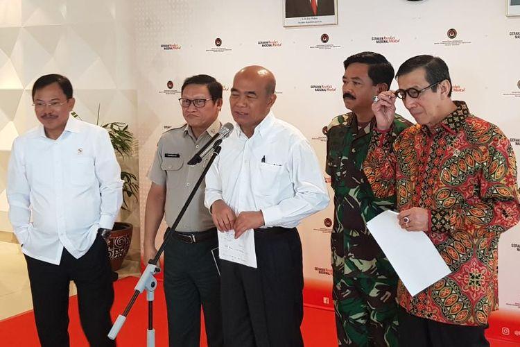 Menko PMK Muhadjir Effendy (tengah), didampingi Menteri Kesehatan Terawan Agus Putranto (paling kiri), Panglima TNI Marsekal Hadi Tjahjanto (kedua dari kanan), Menteri Hukum dan HAM Yasonna Laoly (paling kanan), dan BNPB usai rapat koordinasi evakuasi 74 WNI ABK Kapal Diamond Princess di Kantor Kemenko PMK, Jalan Medan Merdeka Barat, Jakarta Pusat, Kamis (20/2/2020).