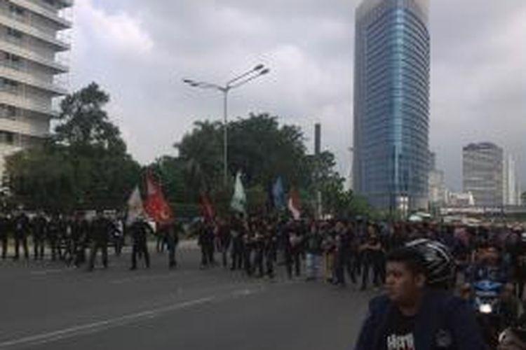 Kegiatan aksi Mahasiswa Trisakti saat melakukan long march dari Bundaran HI menuju Istana Negara, Senin (12/5/2014)