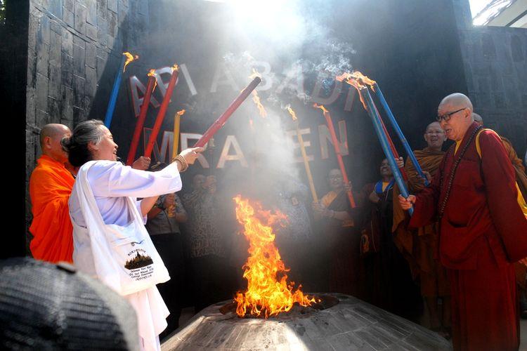 Ritual pengambilan api Dharma Tri Suci Waisak2563 BE/2019 di kawasan obyek wisata Api Abadi Mrapen di Grobogan, Jawa Tengah, Jumat (17/5/2019) siang.