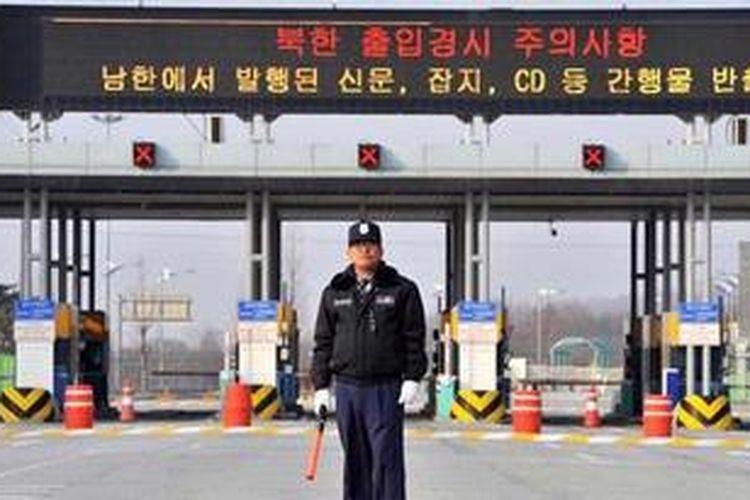 Seorang petugas mengawasi jalan yang menuju kawasan industri Kaesong, Korea Utara. Kawasan industrin yang diongkosi Korea Selatan ini dibangun pada 2004 dan menampung lebih dari 120 pabrik dan mempekerjakan setidaknya 53.000 warga Korea Utara. Namun, di tengah meningkatnya ketegangan di Semenanjung Korea, pemerintah Korea Utara memutuskan untuk menutup kawasan industri ini untuk sementara.