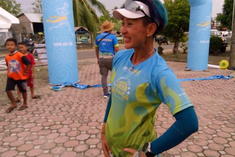 Carla Felany saat finis di urutan pertama pada etape pertama Run To Care Aceh 250 di kantor Kecamatan Teunom, Kabupaten Aceh Jaya, Senin (18/11/2019).