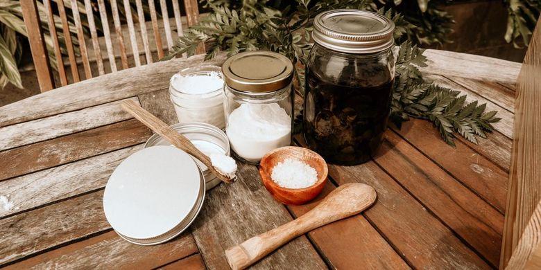 Bahan-bahan yang digunakan Wulan Russell untuk membuat pasta gigi organik yang terbuat dari baking soda, garam, ekstrak mint, dan air.