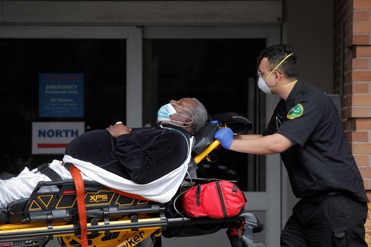 Paramedis membawa seorang pasien ke pusat gawat darurat di Rumah Sakit Maimonides selama wabah virus corona di Brooklyn, New York City, AS, pada 7 April 2020.