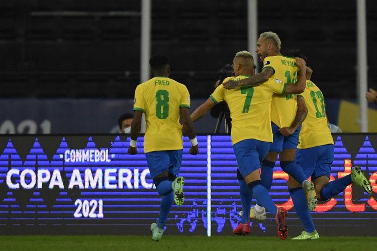 Timnas Brasil merayakan gol dalam pertandingan perempat final Copa America 2021 melawan Chile di Stadion Nilton Santos, Sabtu (3/7/2021) pagi WIB.