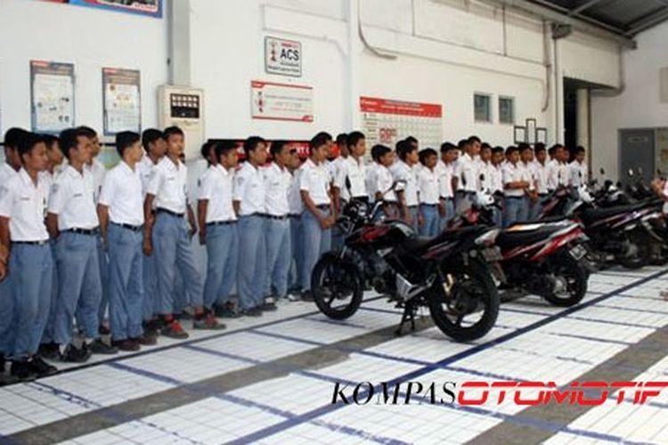 Pelajar diberi bekalan keselamatan berkendara oleh Astra Motor.