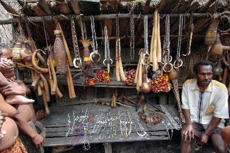 Walau koteka masih menjadi souvenir favorit bagi wisatawan yang berkunjung ke Papua, di lembah Baliem masih banyak pilihan lain seperti kalung manik, tempat air dari labu sampai dengan kapak batu yang mash asli.