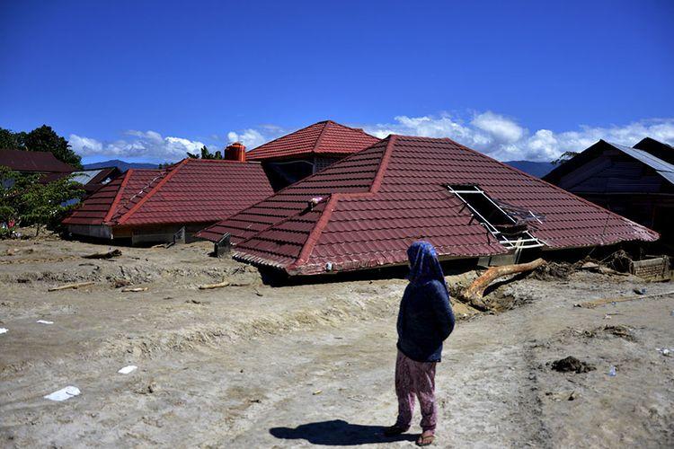 Warga korban banjir bandang melihat rumahnya yang hancur diterjang material lumpur di Masamba, Kabupaten Luwu Utara, Sulawesi Selatan, Jumat (17/7/2020). Hingga hari ini, jumlah korban meninggal mencapai 32 orang sementara puluhan lainnya masih dalam pencarian.