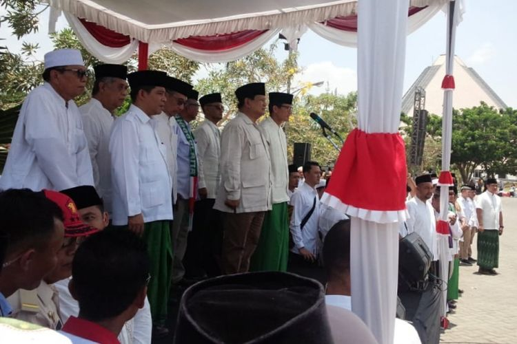 Calon Presiden RI, Prabowo Subianto, menjadi pembina upacara dalam apel peringatan Hari Santri Nasional (HSN) di Tebuireng Jombang, Senin (22/10/2018).
