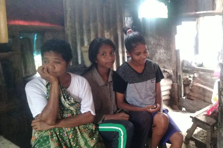 Thresia Lipat Lema (Tengah) bersama mamanya Maria Lipat Lema dan Kakaknya Mariana Nugi Molan, Thresia memutuskan menjadi tulang punggung keluarga dan merelakan kedua kakaknya melanjutkan sekolah