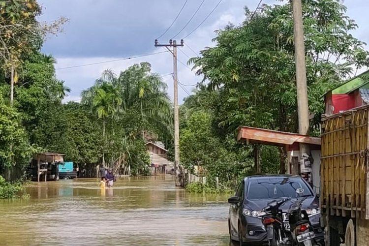 Banjir menggenangi permukiman warga di Kecamatan Kampar Kiri Hulu, Kabupaten Kampar, Riau, Selasa (7/7/2020).