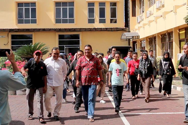 Sejumlah aktifis dari berbagai LSM, Akademisi dan Mahasiswa di Banda Aceh ikut mengantarkan Saiful Mahdi ke Polresta Banda Aceh memenuhui panggilan penyidik Satuan Reskrim sebagai tersangka kasus tindak pidana  pencemaran nama baik dengan menggunakan elektronik.