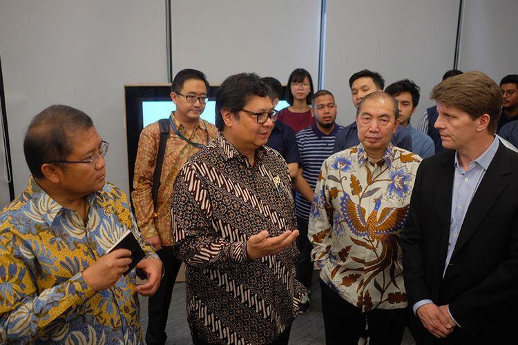 Menkominfo Rudiantara, Menperin Airlangga Hartarto berbincang dengan Director Apple Developer Academy Gordon Shukwit saat mengunjungi Apple Developer Academy Indonesia di Bumi Serpong Damai, Senin (7/5/2018).