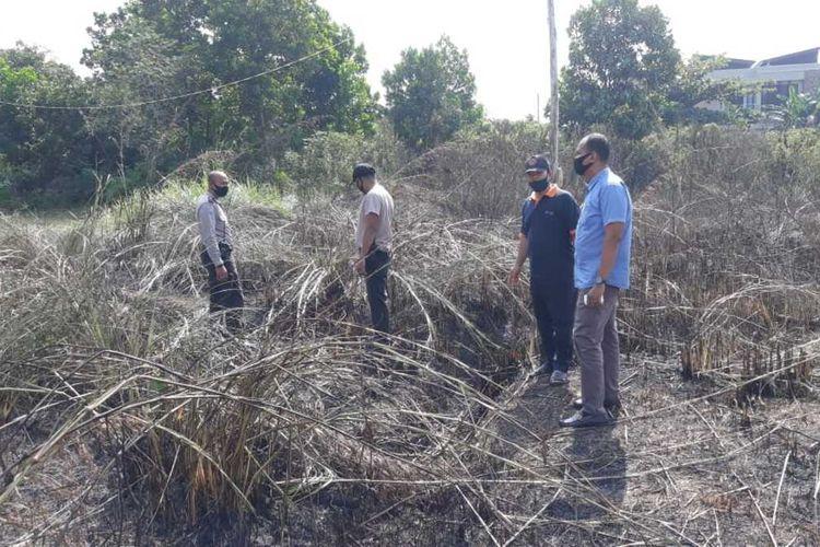 Anggota Polsek Bukitraya mengecek lahan yang terbakar untuk dilakukan menyelidiki penyebab kebakaran di Jalan Tengku Bey, Kelurahan Air Dingin, Kecamatan Bukit Raya, Pekanbaru, Riau, Kamis (30/7/2020).