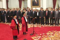 Ucap Sumpah di Hadapan Jokowi, Daniel dan Suhartoyo Resmi Jabat Hakim Konstitusi