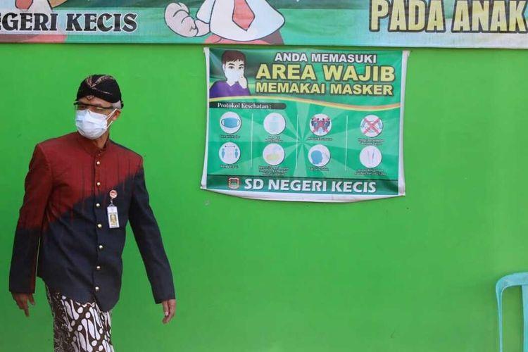 Gubernur Jawa Tengah Ganjar Pranowo saat berkunjung ke Desa Kecis, Kecamatan Selomerto, Kabupaten Wonosobo, Jawa Tengah, karena puluhan warganya dikonfirmasi positif Covid-19, Kamis (8/7/2021).