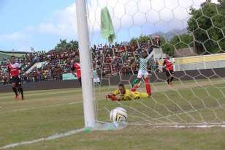 Patrich Wanggai mencetak 2 gol yang menentukan kemenangan Karketu Dilli FC atas AS Ponta Leste 2-1 pada pertandingan perdana Liga Futebol Amadora, di Stadion Municipal Dilli, Sabtu (27/2/2016).