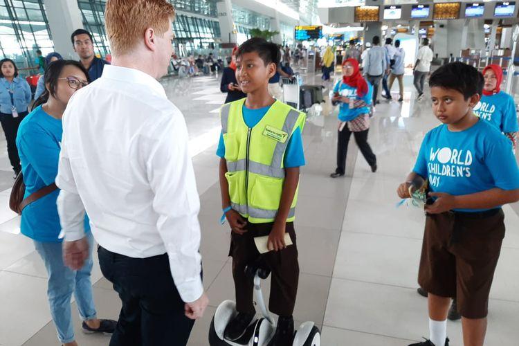 Wildan merupakan salah satu petugas cilik di Bandara Soekarno-Hatta yang bertugas pada Hari Anak Sedunia, Rabu (20/11/2019)