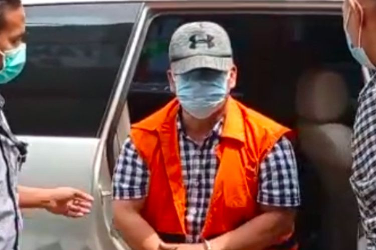 Cawabup Kabupaten OKU Johan Anuar saat tiba di rutan kelas 1 Palembang usai dilimpahkan oleh JPU Komisi Pemberantasan Korupsi (KPK) karena diduga terlibat mark lahan kuburan yang merugikan negara Rp 5,7 miliar, Selasa (15/12/2020).
